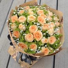 香槟玫瑰,满天星,黄莺间插 包 装 英文旧报纸皱纹纸圆形包装,精美花结图片