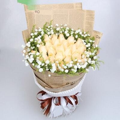 满天星,黄莺外围 包 装 英文旧报纸单面包装,白色纱托底,精美花结 花图片