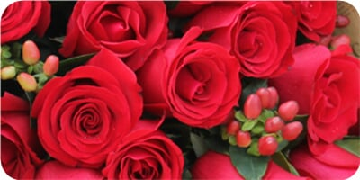 花 材 21枝红玫瑰,相思豆,绿叶间插 包 装 英文旧报纸单面花束,法式花图片